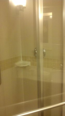 Hilton Garden Inn Raleigh-Durham/Research Triangle Park: get wet turning water on in shower