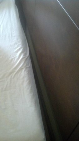 Hilton Garden Inn Raleigh-Durham/Research Triangle Park: mattress not same size as frame