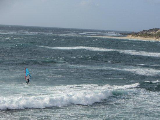 Margarets Beach Resort: La plage de surf principale un peu plus loin
