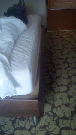 Hilton Garden Inn Raleigh-Durham/Research Triangle Park: mattress not same size of frame
