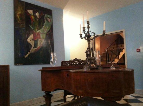 Hotel San Francesco: Beautiful grand piano in lobby by bar