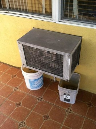 Lake Roy Beach Inn: old a/c units with dirty water buckets