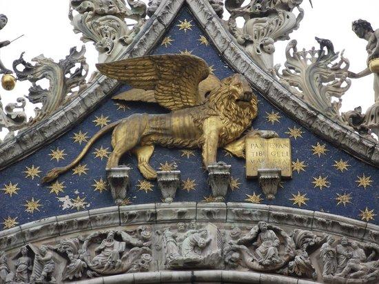 Basilique Saint-Marc : O leão alado, símbolo de Veneza. Fica abaixo da estátua de São Marco.
