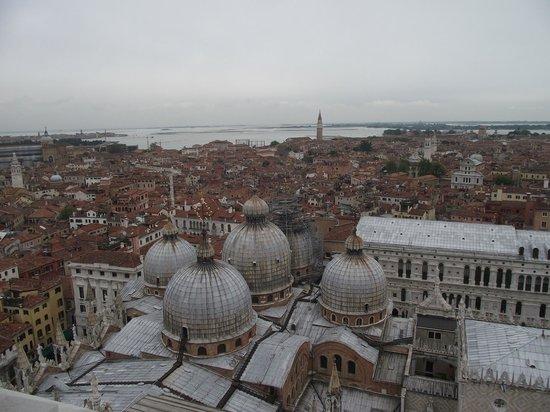 Basilique Saint-Marc : Basílica di San Marco e suas cúpulas vistas do terraço panorâmico do Campanário.
