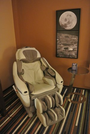 Moonrise Hotel: massage chair in room