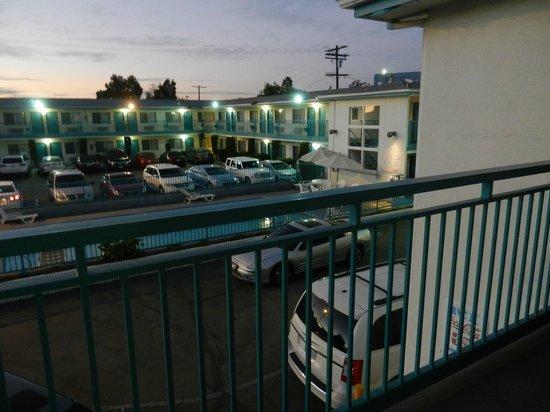 Travelodge Hollywood-Vermont/Sunset : estacionamiento y pileta