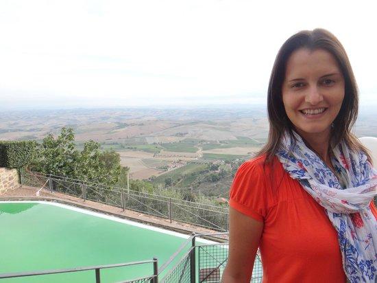 Hotel dei Capitani: Piscina também com vista para os campos da Toscana
