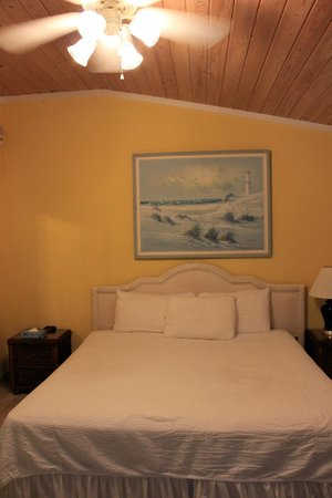 Hideaways at Palm Bay: king bed in cozy room