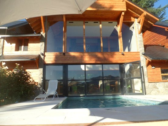Casa del Bosque Aparts & Suites: gym y pileta