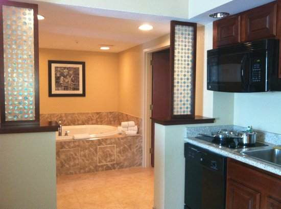 Hampton Inn & Suites Chicago North Shore/Skokie: corner of kitchenette and whirlpool tub beyond