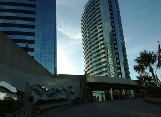 Marriott Marquis San Diego Marina : View of the North Tower from the front of the hotel