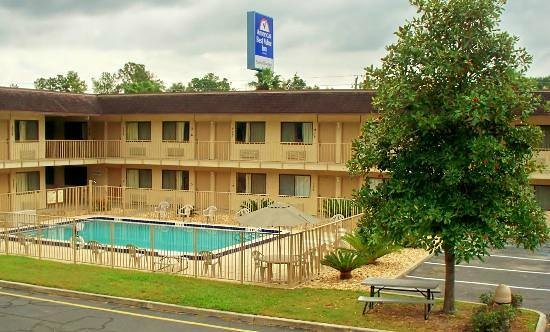 Americas Best Value Inn - Lake City : Pool & Exterior View