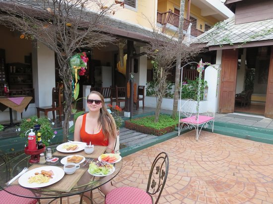 Tadkham Village: Breakfast in the courtyard