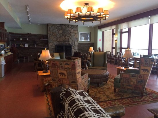 Bear Mountain Inn's Overlook Lodge: Reception/ seating with fireplace