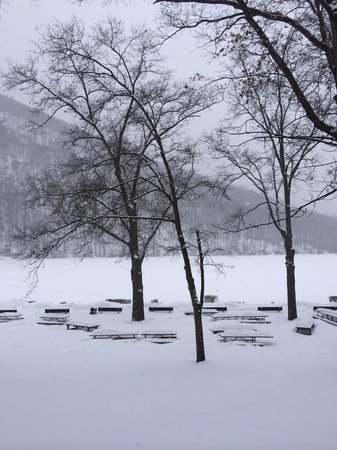 Bear Mountain Inn's Overlook Lodge: Blanketed with snow!