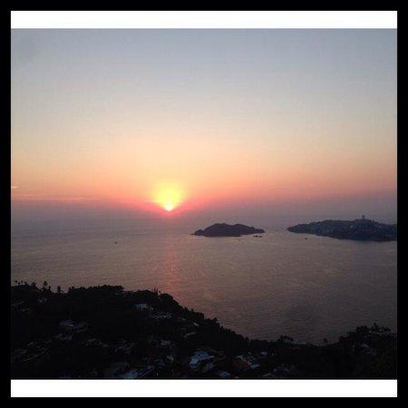 Las Brisas Acapulco: Aquí la Vista de nuestra habitación 15/Feb/14 18:25 hrs