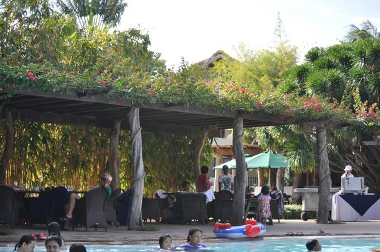 Bluewater Maribago Beach Resort: Pool side dining area