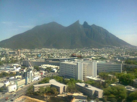 Fiesta Inn Monterrey Tecnologico: Vista del Cerro de la Silla desde el piso 15.