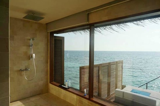 Jumeirah Dhevanafushi: shower with a view!
