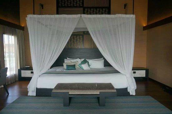 Jumeirah Dhevanafushi: massive bed