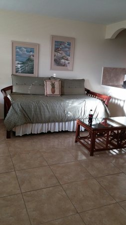 Hideaways at Palm Bay: Living room area with cable TV
