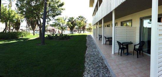 PortAventura Hotel Caribe: Terrazas habitaciones y exterior