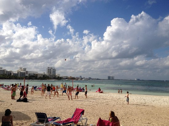 Grand Oasis Palm: Jugando Voleyball de playa!