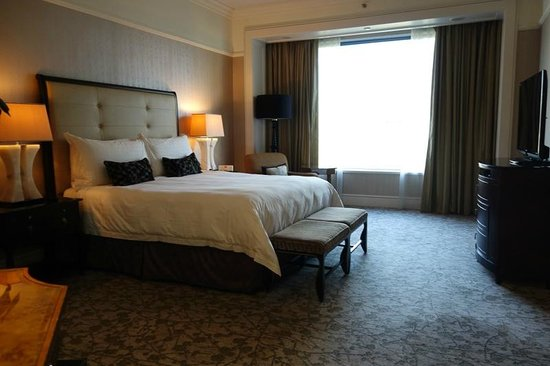 Four Seasons Hotel Singapore : ベッドルーム。広いです。
