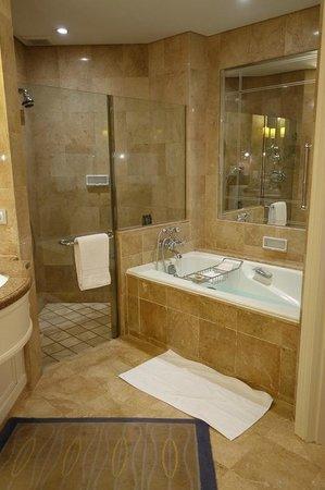 Four Seasons Hotel Singapore: メインバスルーム