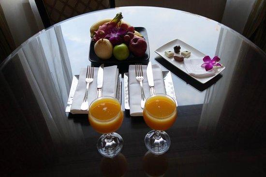 Four Seasons Hotel Singapore: ウェルカムドリンクとサービス?のチョコ