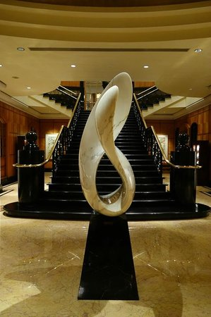 Four Seasons Hotel Singapore: 中央階段の謎のオブジェ