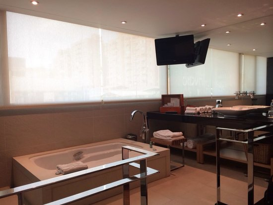 Hotel Eclat Taipei: Bathroom on platform with bathtub in the middle