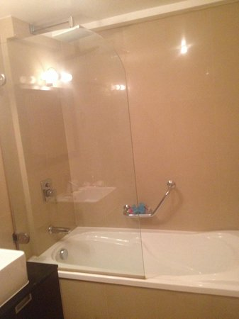 Cromwell Crown Hotel : Large overhead shower