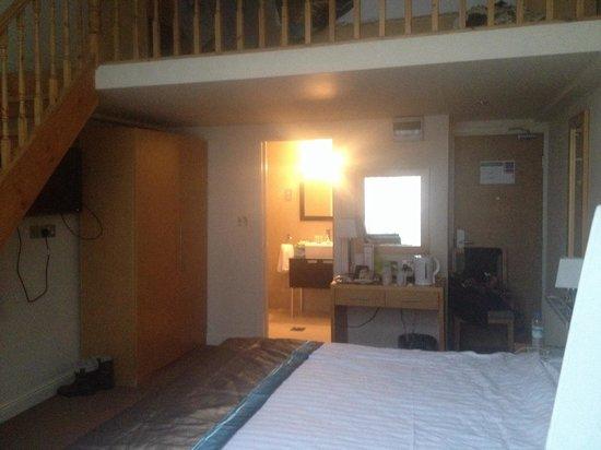 Cromwell International Hotel: Mezzanine level room - fab