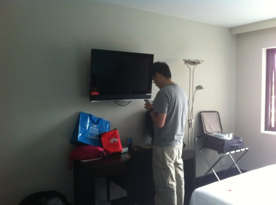Travelodge Hotel Hobart: TV and writing table. The room is lit by the standing lamp as there is no ceiling lamp