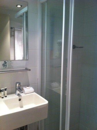 Travelodge Hobart: Wash basin and the small standing shower area