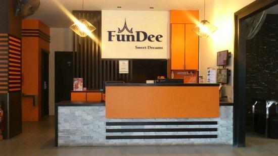 FunDee Boutique Hotel: 営業中です。スタッフはカウンター後で顔は出しません