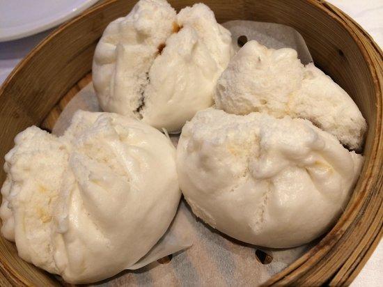 Fook Lam Moon : Juicy and tender steamed pork bun