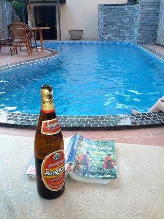 River Village Manor: Pool side beer