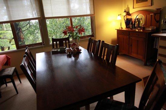 Valley Ranges Getaways : Dinning Table Area