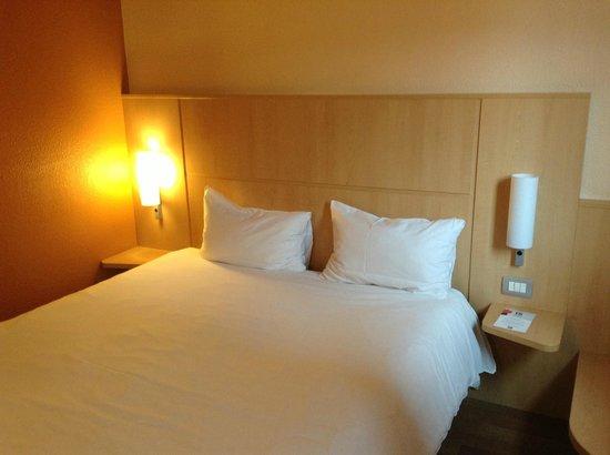 Ibis Milano Centro: кровать