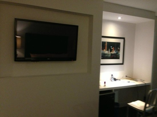 The Burrard: Large Flat Screen , nice desk, Free fast wifi