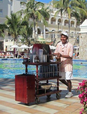 Hotel Riu Palace Cabo San Lucas: Pedro's roaming bar cart