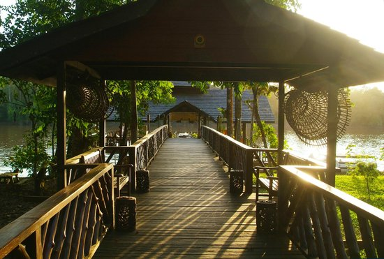 Sukau Rainforest Lodge: View from the lodge to the Jetty/Restaurant