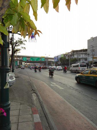 Bangkok Loft Inn: Blick auf Straße
