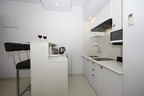 AR Suites Fontana Bay : kitchenette