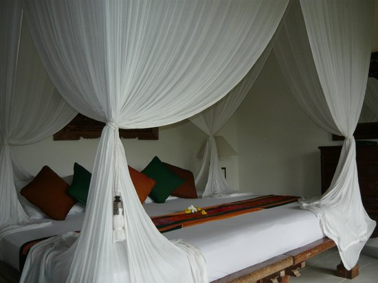 Alam Sari: huge canopied bed