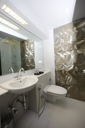 AR Suites Fontana Bay : Bathroom