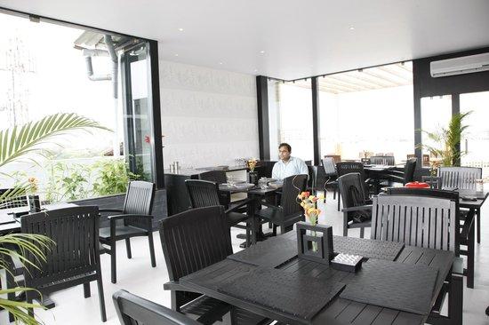 AR Suites Fontana Bay: Restaurant