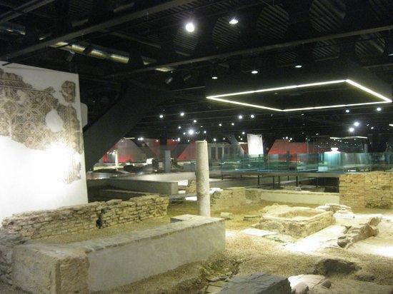 Antiquarium de Sevilla: Illumination of the site is excllent